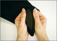 ➁袖口の表地と裏地を引っ張り、白色の糸を確認。